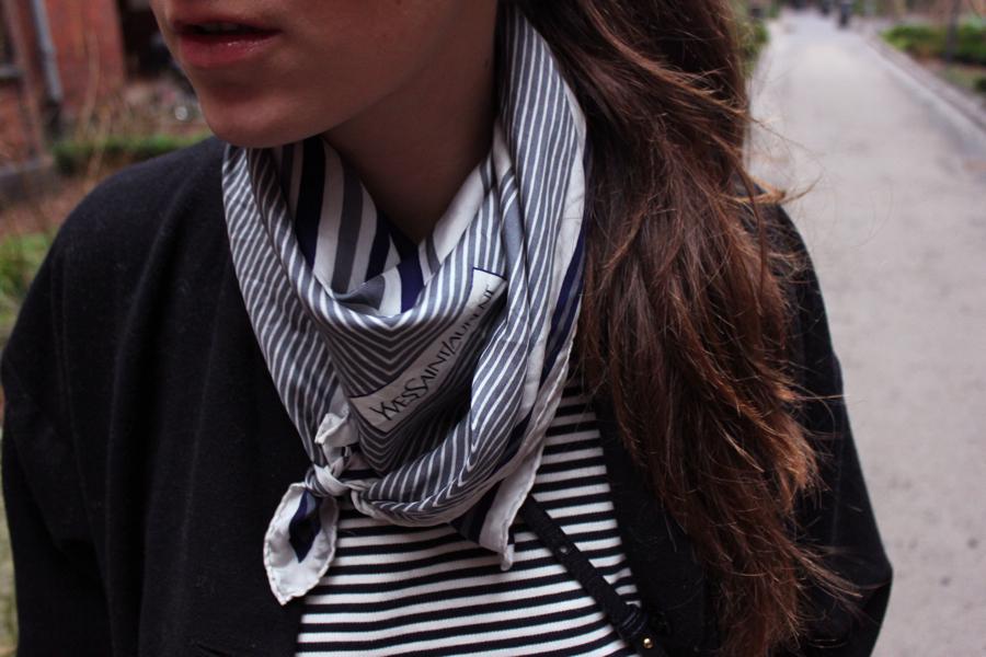 ari_traegt_foulard2