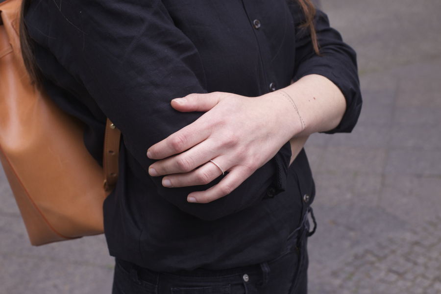 ari_traegt_toteme_linen_shirt_mansur_gavriel_backpack4