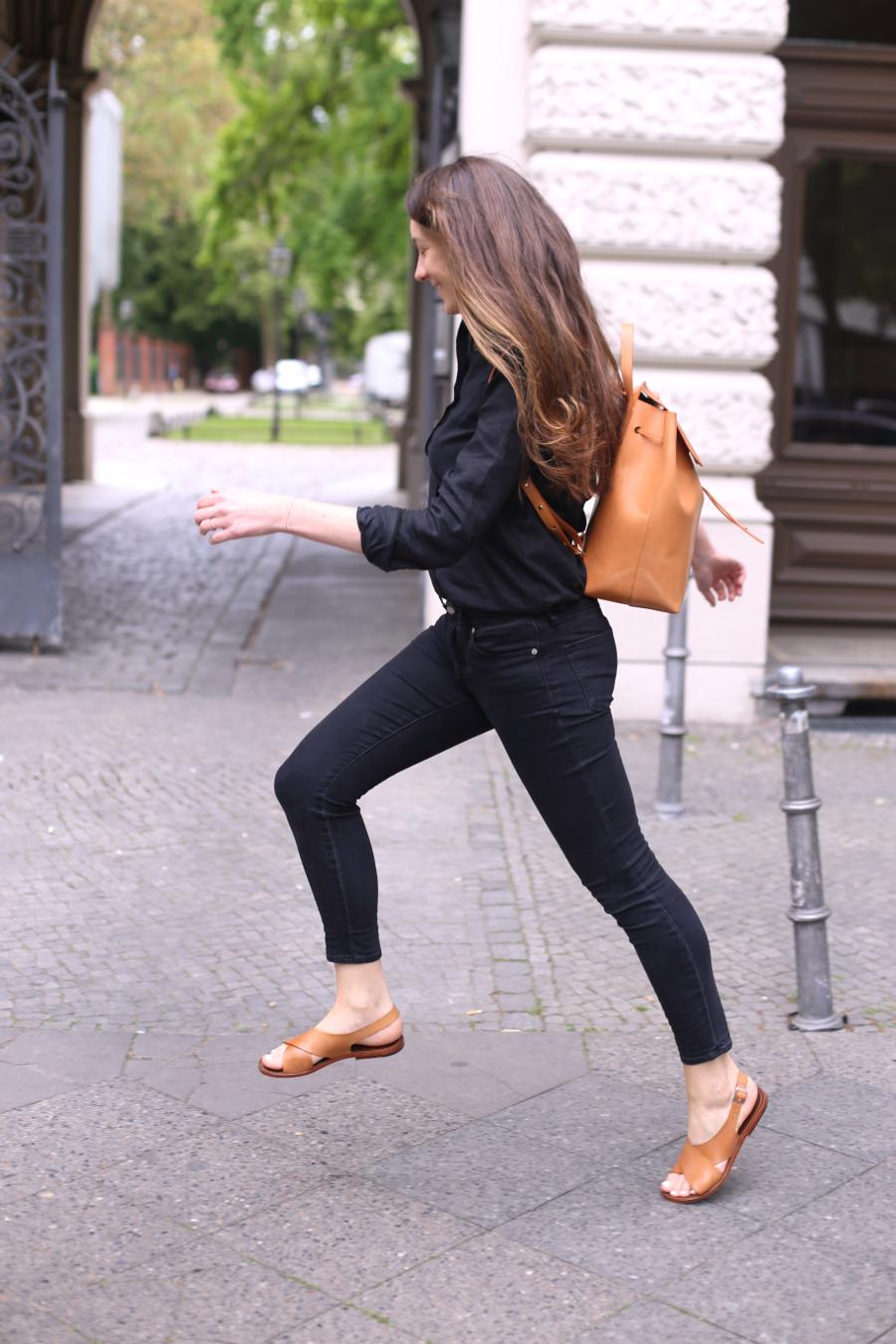 ari_traegt_toteme_linen_shirt_mansur_gavriel_backpack6