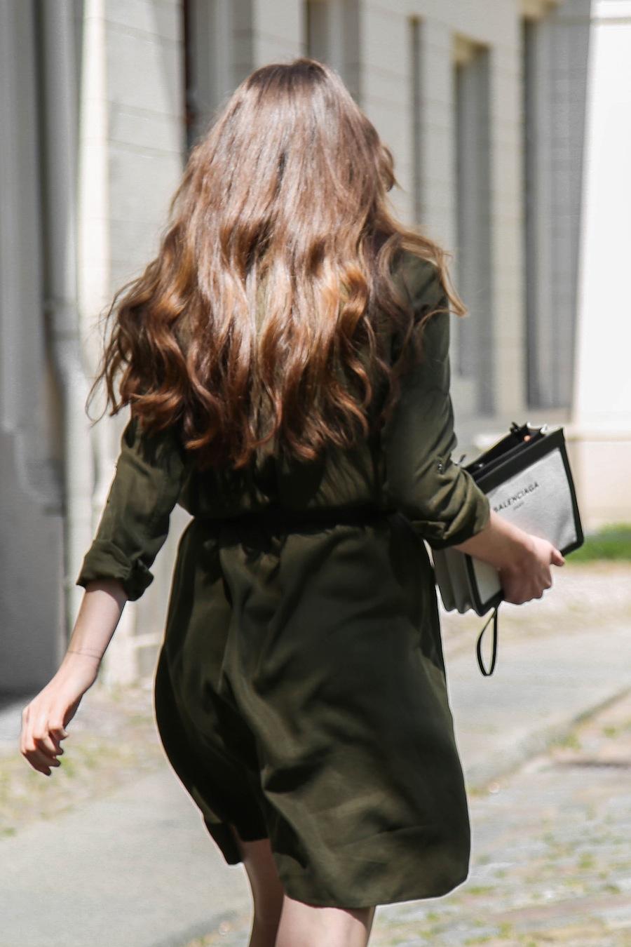 ari_traegt_khaki_dress_balenciaga_canvas_bag